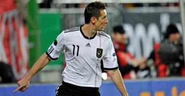 Clasificación Euro 2012 - Özil brilla en la fiesta de Klose